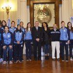 La selección femenina de handball estuvo en el Salón de la Bandera